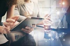 Foto vrouwelijke handen die moderne tablet houden Rekeningsmanagers die het nieuwe privé bureau van het bankwezenproject werken E Stock Fotografie