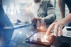 Foto vrouwelijke handen wat betreft het scherm moderne tablet Rekeningsmanager die nieuw investeringsproject in globale bank werk Royalty-vrije Stock Foto's