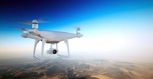 Foto weißer Matte Generic Design Air Drone mit Aktionskamera Fliegen-Himmel unter Erdoberfläche Unbewohnte Wüste Lizenzfreie Stockfotos