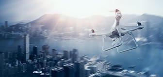 Foto-weißes Matte Generic Design Remote Control-Luft-Brummen mit Aktionskamera Fliegen-Himmel unter Stadt Moderne megapolis Stockbild