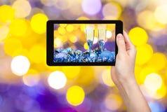 Foto-Weihnachtsstillleben auf gelbem violettem Hintergrund Stockbilder