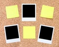 foto y etiquetas engomadas en un tablero del corcho Imagenes de archivo