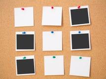 Foto y nota fijadas al tablero del corcho Imagen de archivo
