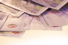 Foto zerstreute Rechnungen der ukrainischen Währung stockfotos