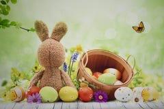 Fotoachtergrond met konijntje en paaseieren stock foto