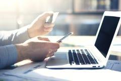 Fotoaffärsman som arbetar med den generiska designanteckningsboksmartphonen Online-betalningkreditkort, smsande tangentbord Arkivbild