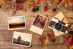 Fotoalbum in der Erinnerung und in der Nostalgie im Herbst u. in x28; Fall season& x29; auf hölzerner Tabelle stockfotografie
