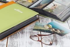 Fotoalbum med sommarbilder Minns av sommarhavssemester arkivbilder