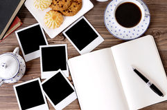 Fotoalbum met koffie en koekjes Stock Foto's