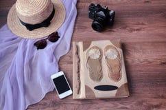 Fotoalbum mit Fotokamera, Telefon, parero, Strohhut und Lizenzfreies Stockbild