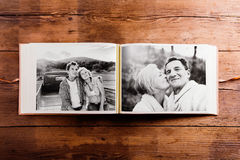 Fotoalbum mit Schwarzweiss-Bildern von älteren Paaren Stockfotos