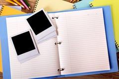 Fotoalbum open met verscheidene lege kaders van de de fotodruk van de polaroidstijl stock foto's