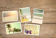 Fotoalbumerinnerung und -Nostalgie reisen in surfende Strandreise des Sommers auf hölzerner Tabelle Stockfoto
