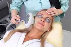 Fotoansiktsbehandlingterapi anti--åldras tillvägagångssätt arkivbilder