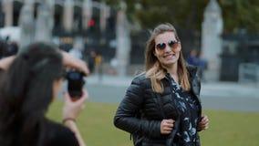 Fotoaufnahme in London - junge Frau wirft für das perfekte Bild in der Zeitlupe auf stock video