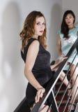 2 schöne Frauen auf einem Treppenhaus Stockfotografie