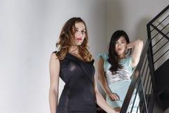 2 schöne Frauen auf einem Treppenhaus Lizenzfreie Stockbilder