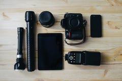 Fotoausrüstung Draufsicht der verschiedenen persönlichen Ausrüstung für den Fotografen, der auf das hölzerne Korn legt Lizenzfreie Stockbilder