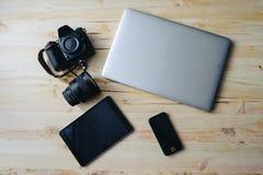 Fotoausrüstung Draufsicht der verschiedenen persönlichen Ausrüstung für den Fotografen, der auf das hölzerne Korn legt Stockbild