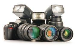 Fotoausrüstung einschließlich Zoomobjektive, Kamera und Blitzlichter Lizenzfreies Stockfoto