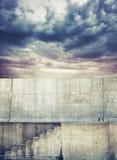 Fotobakgrund med den konkreta trappan och molnig himmel arkivbild