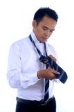 Fotobeeld die van een knappe aantrekkelijke jonge Aziatische zakenmanvulling, band maken Stock Fotografie