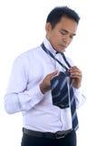 Fotobeeld die van een knappe aantrekkelijke jonge Aziatische zakenmanvulling, band maken Royalty-vrije Stock Foto
