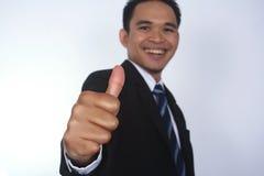 Fotobeeld van een knappe aantrekkelijke jonge Aziatische zakenman met duim op hand Royalty-vrije Stock Afbeelding