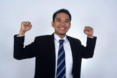 Fotobild av den asiatiska affärsmannen med jätteglad gersture som isoleras på vit Arkivfoton