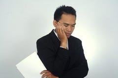 Fotobild av den ledsna och stressade asiatiska affärsmannen som isoleras på vit Royaltyfri Bild