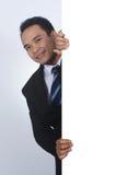 Fotobild av den stiliga asiatiska affärsmannen som rymmer ett tomt tecken Arkivbild