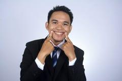 Fotobild av den unga asiatiska affärsmannen med roligt leende Royaltyfria Bilder