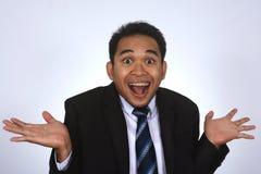 Fotobild av en stilig attraktiv ung asiatisk affärsman med jätteglad gest som isoleras på vit Arkivfoto