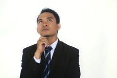 Fotobild av stiligt attraktivt ungt asiatiskt tänka för affärsman royaltyfri foto