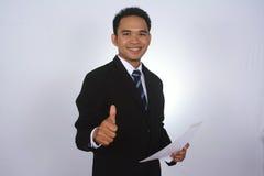 Fotobilden av en stilig attraktiv ung asiatisk affärsman med tummen räcker upp Arkivfoton