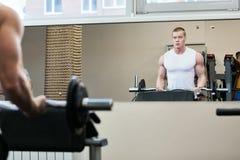 Fotobodybuilder die in de gymnastiekgewichten uitwerken stock afbeeldingen