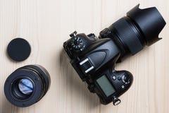 Fotocamera en een lens hoogste mening Royalty-vrije Stock Foto's