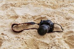 Fotocamera in het zand royalty-vrije stock foto