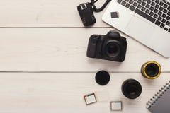Fotocamera, lens en geheugenkaart bij computer royalty-vrije stock fotografie