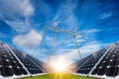 Fotocollage von Sonnenkollektoren und von elektrischer Hochspannungssäule Lizenzfreie Stockfotografie