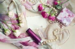 Fotocomposizione in uno stile d'annata delicato nei colori pastelli Le rose rosa del tè si trovano su una sciarpa di seta, circon Immagini Stock Libere da Diritti
