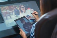 Fotoet av asia kvinnor använder elektroniska hjälpmedel Arkivbild