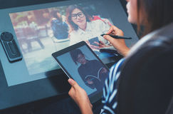 Fotoet av asia kvinnor använder elektroniska hjälpmedel Royaltyfri Fotografi