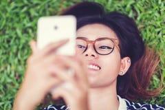 Fotoet av asiatiska kvinnor är lyckligt Arkivbild