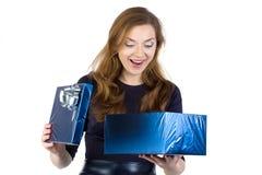 Fotoet av den förvånade kvinnan mottog gåvan Arkivfoto