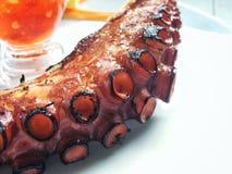 Fotoet av den grillade tentakelbläckfisken tjänade som med kryddig sås Royaltyfri Bild