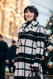 Fotoet av den lyckliga brunetten går på på gatan royaltyfri fotografi