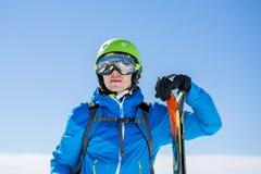 Fotoet av den sportiga mannen med skidar Royaltyfri Bild