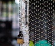 Fotoet av det gamla låset på buren som skyddar egenskapen Royaltyfria Bilder