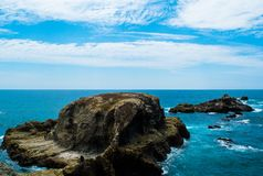 Fotoet av en liten ö bildade av vaggar, på kusten av Santa Elena Peninsula, i Ecuador royaltyfri foto
